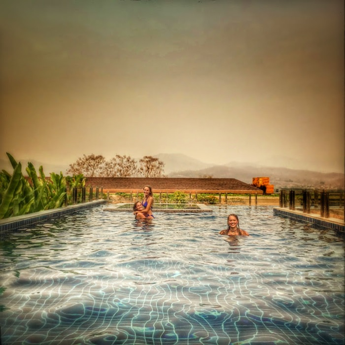 Three girls in a pool - Pai